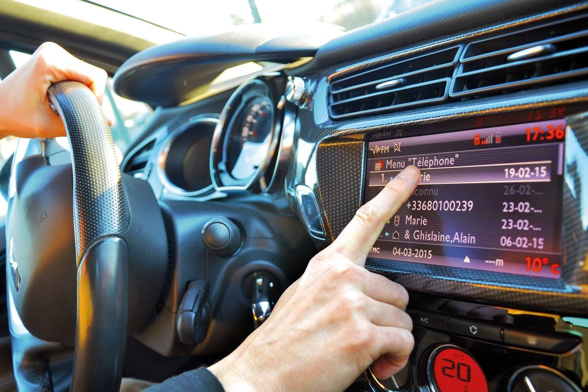 Les cinq solutions, légales, pour téléphoner en voiture